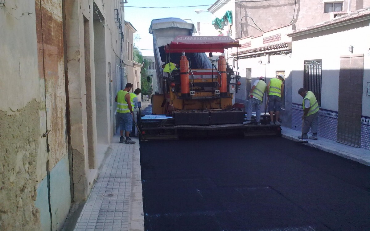 PAVIMENTACIÓN DE APARCAMIENTOS Y REFUERZO DE FIRME EN DIVERSAS CALLES EN ELCHE QUE MEJORAN EL DRENAJE SUPERFICIAL.
